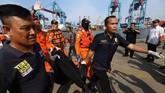 Petugas Basarnas menerjunkan puluhan penyelam untuk mengevakuasi korban dan serpihan pesawat di perairan Karawang. Petugas Basarnas dibantu oleh penyelam TNI AL. (AFP/Resmi malau)