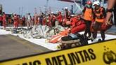 Petugas Basarnas mengevakuasi puing pesawat Lion Air JT 610 pascakecelakaan, di Pelabuhan Tanjung Priok, Jakarta, Senin (29/10). Pesawat Lion Air bernomor penerbangan JT 610 rute Jakarta-Pangkalpinang yang sebelumnya hilang kontak,ditemukan jatuh di perairan Laut Utara Karawang, Jawa Barat. (ANTARA FOTO/Indrianto Eko Suwarso/kye).