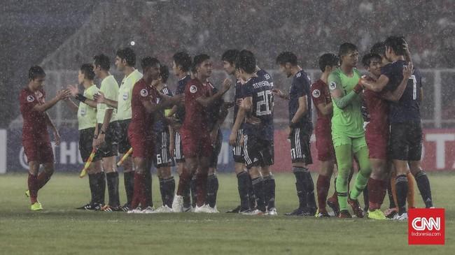 Pada akhirnya sportivitas berada di atas segalanya. Setelah saling beradu dan berduel selama 90 menit, pemain-pemain dari kedua kubu saling berjabat tangan. (CNN Indonesia/ Hesti Rika)