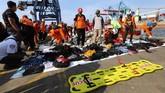 Basarnas memprediksi tidak ada penumpang Lion Air JT-610 yang selamat dalam insiden jatuhnya pesawat di Perairan Karawang karena petugas belum menemukan jasad utuh korban pesawat itu. Petugas hanya menemukan serpihan pesawat dan potongan tubuh. (AFP/RESMI MALAU)