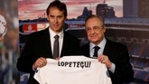 Real Madrid secara resmi memperkenalkan Julen Lopetegui sebagai pelatih baru menggantikan Zinedine Zidane pada 14 Juni 2018 di Stadion Santiago Bernabeu. (REUTERS/Juan Medina)