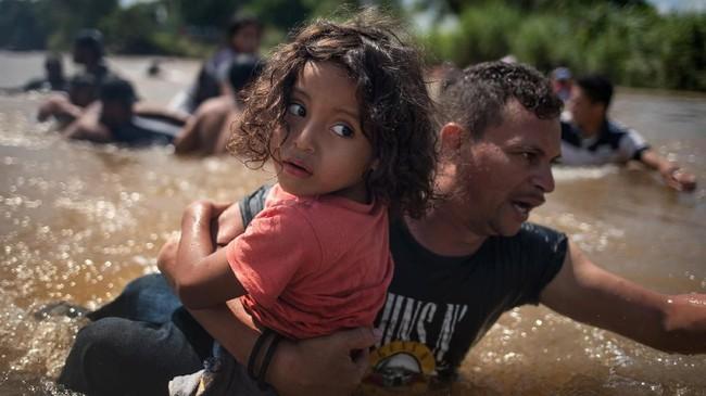 Sejumlah kantor berita melaporkan kepolisian khawatir para imigran itu membawa bahan peledak. Reuters/Adrees Latif)
