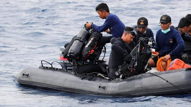Tim selam sedang bersiap turun ke lautan untuk mencari korban pesawat JT-610 di lautan utara Karawang, Jawa Barat, 30Oktober 2018. (REUTERS/Beawiharta)