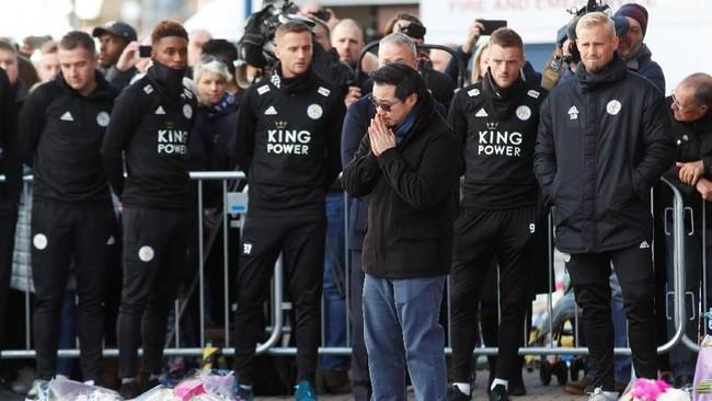 Khun Aiyawatt Srivaddhanaprabha bersama para pemain Leicester City melakukan penghormatan untuk Vichai Srivaddhanaprabha. (REUTERS/Peter Nicholls)