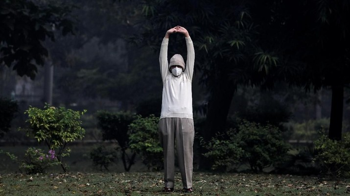 A man wears a face mask as he exercises at a park on a smoggy morning in New Delhi, India, October 30, 2018. REUTERS/Anushree Fadnavis