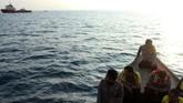Petugas SAR Gabungan menyisir pencarian korban kecelakaan pesawat Lion Air JT-610, di titik lokasi jatuhnya pesawat di perairan laut Karawang, Jawa Barat, Senin (29/10). (ANTARA FOTO/Risky Andrianto)