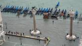 Hujan lebat dan angin kencang menerpa Italia pada Senin (29/10), memicu banjir di salah satu situs wisata terkenal di negara tersebut, laguna Venesia. (Reuters/Manuel Silvestri)