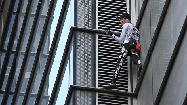 Awal tahun ini, Robert gagal memanjat gedung kelima tertinggi dunia di Seoul, Korea Selatan, setelah pihak keamanan setempat menghampirinya di tengah jalan. (Photo by Daniel LEAL-OLIVAS/AFP)
