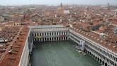 Para turis pun dilarang memasuki alun-aluln St.Mark's karena ketinggian air sudah mencapai 1,5 meter. (Reuters/Manuel Silvestri)