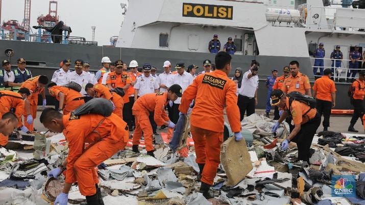 Budi Karya Sumadi mengungkapkan Direktur Teknik dan pegawai teknisi Lion Air yang menangani penerbangan pesawat JT-610 dicopot.