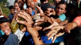 "Namun, penduduk dan pemerintah lokal prihatin dengan keadaan para imigran hingga rela memberikan makan, minum, dan mengizinkan ""para pemimpi"" itu istirahat sejenak di rumah mereka. (Reuters/Carlos Garcia Rawlins)"