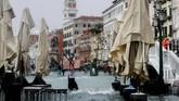 Banjir paling tinggi yang pernah terjadi di Venesia mencapai hampir 2 meter pada November 1966 silam. (AFP Photo/Miguel Medina)