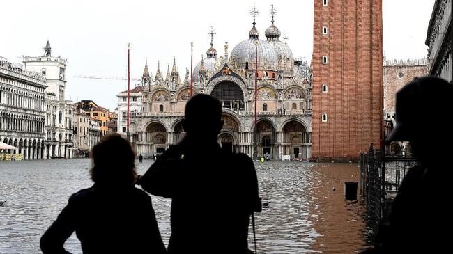Sepanjang sejarah, air di sekitar Venesia ini hanya pernah meluap hingga melebihi 1,5 sebanyak lima kali. (AFP Photo/Miguel Medina)