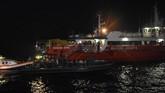 Prajurit Denjaka dan Taifib TNI mengevakuasi puing dan jenazah korban kecelakaan pesawat Lion Air JT 610 ke Kapal Basarnas (KN SAR Jakarta) di perairan Karawang, Jawa Barat, Senin (29/10). (ANTARA FOTO/Indrianto Eko Suwarso)