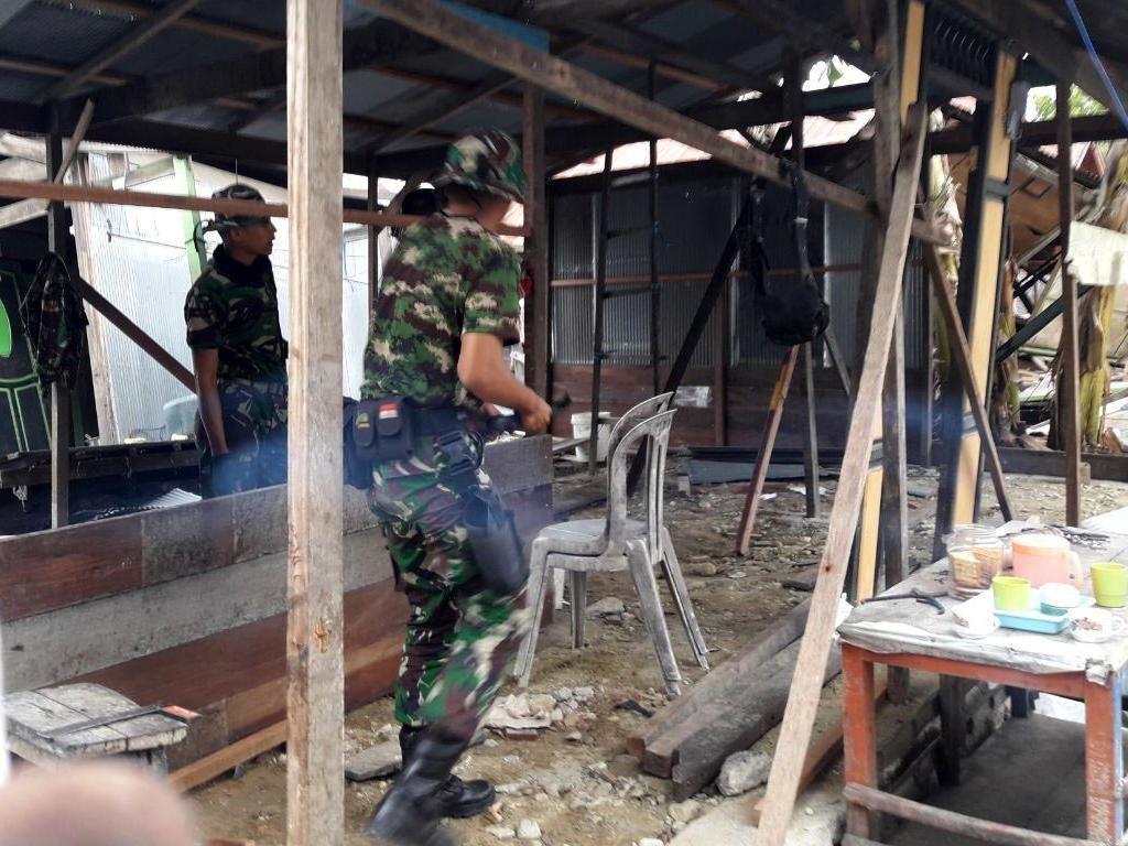 Para prajurit TNI membangun kembali rumah Ibu Nurlela (45 tahun), warga Desa Tanjung Batu, Kecamatan Banawa, Kabupaten Donggala, yang rumahnya hancur terkena gempa bumi. Pool/Puspen TNI.