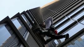 FOTO: Aksi Panjat Gedung ala Spiderman dari Prancis
