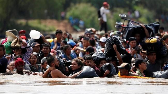 Ribuan imigran Honduras mempertaruhkan nyawanya melintasi perbatasan negaranya menuju Guatemela untuk kemudian melanjutkan perjuangan ke Meksiko demi mencapai Amerika Serikat. (Reuters/Carlos Garcia Rawlins)