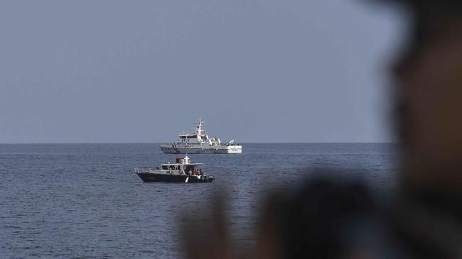Personel Polri dan anggota KPLP melakukan pencarian pesawat Lion Air JT610 di perairan Karawang, Jawa Barat, Senin (29/10). (ANTARA FOTO/Hafidz Mubarak A)