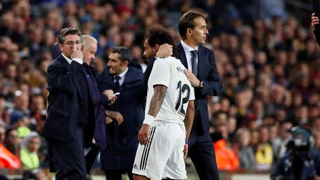 Julen Lopetegui memeluk Marcelo yang mengalami cedera saat Real Madrid dipermalukan Barcelona 1-5 pada pertandingan El Clasico, 28 Otkober 2018. Sebuah hasil yang membuat manajemen Madrid memutuskan untuk memecat Lopetegui. (REUTERS/Albert Gea)