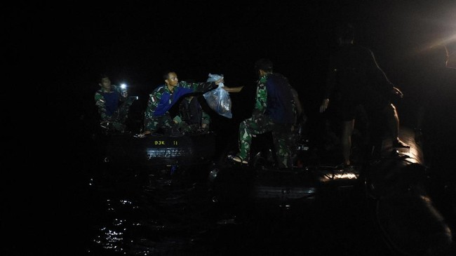 Proses pencarian masih terus dilakukan pascakecelakaan jatuhnya pesawat Lion Air JT-610 rute Jakarta-Pangkal Pinang di perairan Laut Utara Karawang, Jawa Barat. (ANTARA FOTO/Indrianto Eko Suwarso)