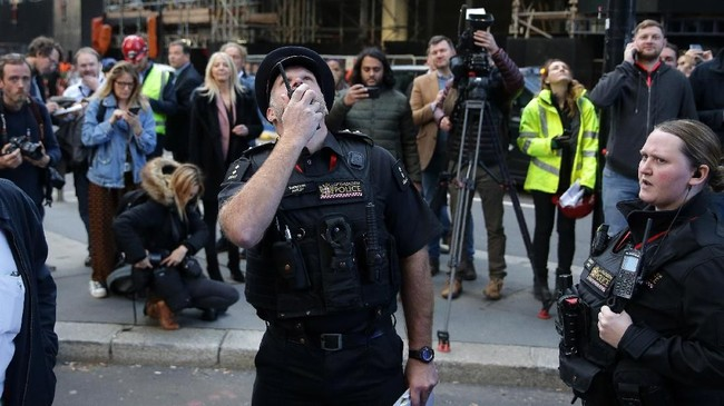Akibat aksi-aksi mencengangkannya ini, Robert jadi terbiasa berurusan dengan pihak kepolisian.