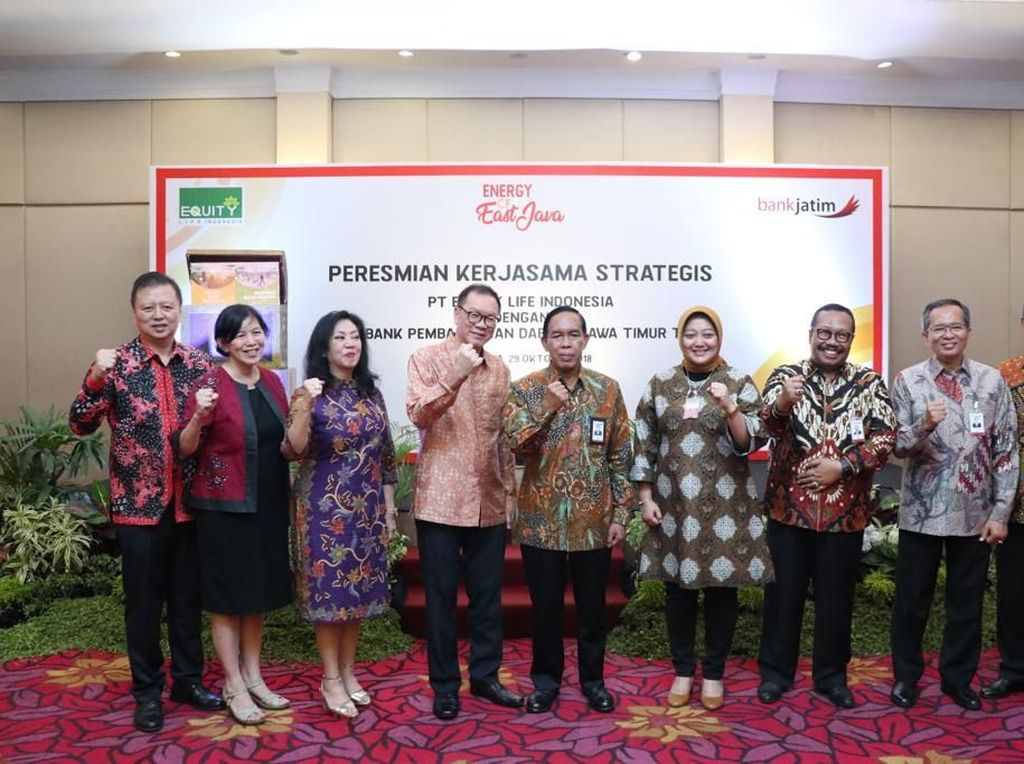 Kemitraan ini ditandai dengan penandatanganan kerjasama antara Samuel Setiawan, Presiden Direktur Equity Life dengan R. Soeroso, Direktur Utama Bank Jatim, di Novotel, Surabaya. Istimewa.