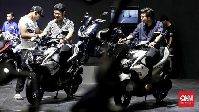 Pengunjung IMOS 2018 menjadi tempat untuk mencari motor keluaran terbaru. (CNNIndonesia/Safir Makki)