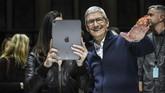 CEO Apple Tim Cook dan Lana Del Rey tertawa sambil mengambil foto menggunakan iPad Pro terbaru di Brooklyn Academy of Music, New York. (Stephanie Keith/Getty Images/AFP)