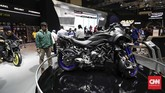 Yamaha Niken menyedot perhatian pengunjung IMOS 2018. Motor beroda tiga ini cuma menjadi produk pajangan. (CNNIndonesia/Safir Makki)