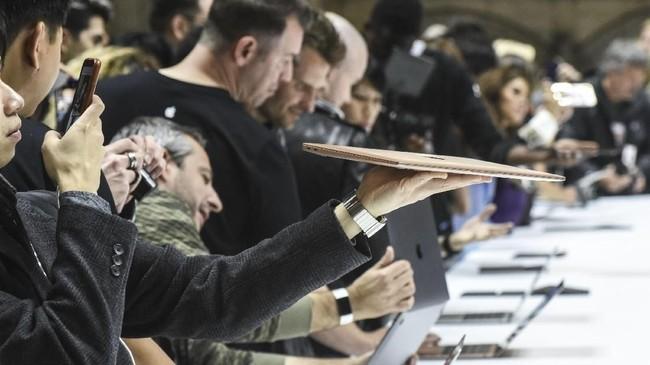 Dalam peluncuran, Cook mengungkapkan momen ini menjadi perubahan terbesar untuk iPad sejak dirilis pertama kali pada delapan tahun lalu. (Stephanie Keith/Getty Images/AFP)