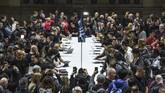Ratusan orang menghadiri peluncuran dan mencoba produk terbaru Apple. (Stephanie Keith/Getty Images/AFP)