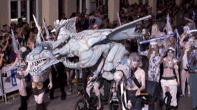 Fantasy Fest di Florida, Amerika Serikat, menampilkan banyak sosok tak terduga. Seonggok makhluk mitos pun menjadi bagian dari keriaan ini. (REUTERS/ Rob O'Neal)