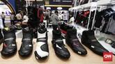 Pameran ini menghadirkan produsen kendaraan roda dua dan safety gear untuk kebutuhan berkendara. (CNNIndonesia/Safir Makki)