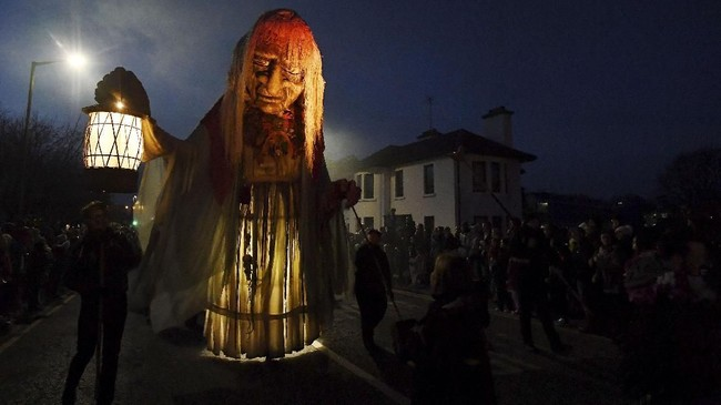 Parade bertajuk 'Out of the Wild Sky' di Galway, Irlandia, menjadi ajang peluapan ekspresi warga Irlandia dalam merayakan Halloween. REUTERS/Clodagh Kilcoyne