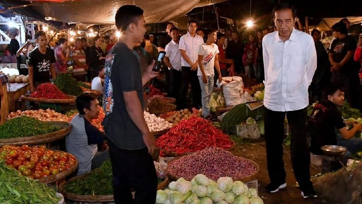 Setiba disana Jokowi langsung menghampiri para pedagang dan menanyakan soal harga.