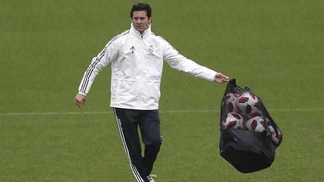 Solari bukan sosok asing di Real Madrid. Sebelum menangani tim senior, mantan pemain timnas Argentina itu menangani tim muda Real Madrid dan Real Madrid B. Solari juga pernah berkostum El Real ketika masih bermain sejak 2000 hingga 2005. (REUTERS/Susana Vera)