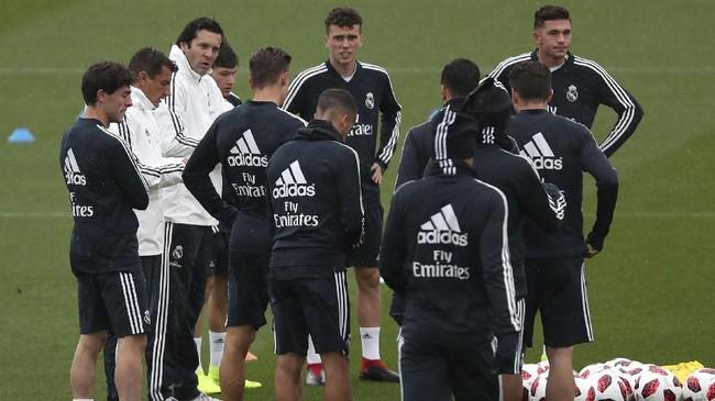 Solari sedang mengarahkan pemain-pemain Madrid dalam sesi latihan jelang menghadapi Melilla dalam laga 32 besar Copa del Rey 2018/2019. (REUTERS/Susana Vera)