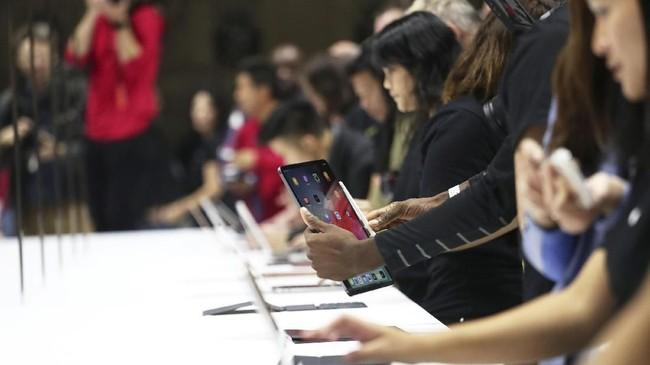Setelah mengenalkan iPad Pro, Apple juga memamerkan versi terbaru MacBook Air. Untuk versi teranyar ini, dihargai mulai dari US$1.199 atau Rp18,2 juta.(REUTERS/Shannon Stapleton)
