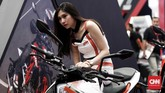Sales Promotion Girl booth KTM di Indonesia Motorcycle Show 2018 resmi. (CNNIndonesia/Safir Makki)