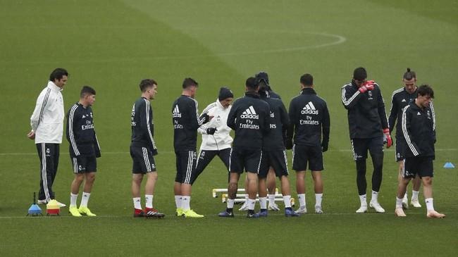 Solari mengakui suasana Real Madrid sedang tidak bagus, namun melihat semangat para pemain untuk meraih kemenangan dan memperbaiki keadaan. (REUTERS/Susana Vera)