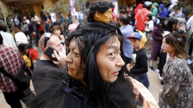 'Penampakan' hantu bermuka dua pada sebuah parade Halloween di Kawasaki. (REUTERS/Toru Hanai)