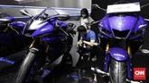 Deretan motor Yamaha berkelir biru yang menjadi warna ciri khas perusahaan siap menyapa pengunjung IMOS 2018. (CNN Indonesia/Safir Makki)