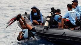 Jungkir Balik Penyelam Cari dan Evakuasi Korban Lion Air