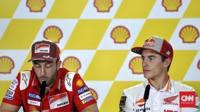Marc Marquez terlihat serius mendengarkan Andrea Dovizioso bicara dalam konferensi pers MotoGP 2018, Kamis (1/11). (CNN Indonesia/Haryanto Tri Wibowo)