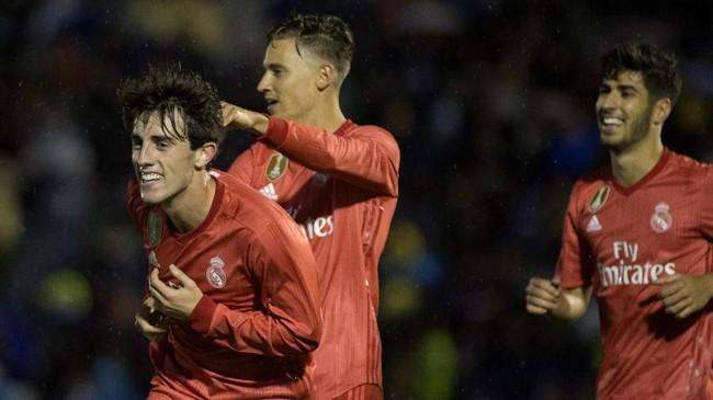 Alvaro Odriozola (kiri) turut menyumbangkan gol dalam kemenangan 4-0 Madrid atas Melilla. Kemenangan besar turut memperbesar peluang Los Blancos melaju ke babak 16 besar Copa del Rey. (JORGE GUERRERO / AFP)