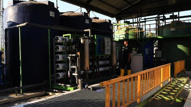 Pekerja memeriksa mesin yang mengelolah air limbah sampah atau air lindi untuk dikelolah menjadi air bersih. ANTARA FOTO/Zabur Karuru