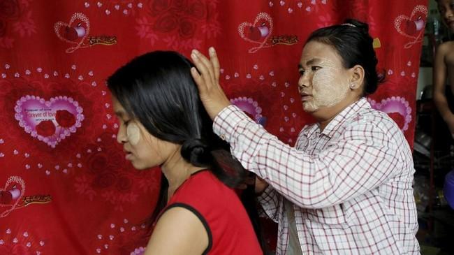 Rambut tak sekadar mahkota perempuan. Bagi Za Za Lin, rambut bisa membantunya membayar sewa rumah dan memperbaiki kehidupannya. (REUTERS/Ann Wang)