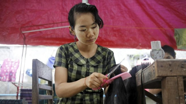Pada 2017, mengutip Reuters, Myanmar mendapatkan US$6,2 juta dari ekspor rambut. (REUTERS/Ann Wang)