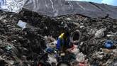Pekerja memeriksa pipa yang menyalurkan gas metana yang dihasilkan tumpukan sampah. ANTARA FOTO/Zabur Karuru