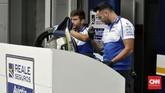 Kru mekanik Reale Avintia Racing kepanasan menyusul cuaca yang mencapai 34 derajat celsius di Sirkuit Sepang, Kamis (1/11) siang. (CNN Indonesia/Haryanto Tri Wibowo)